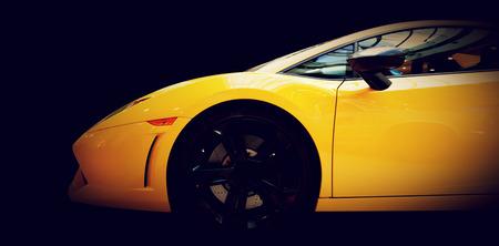 Moderne voiture rapide close-up vue de côté sur le noir. Luxe, coûteux, les sports automobiles. Vue de côté. Banque d'images