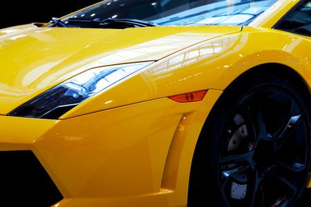 現代の高速車のクローズ アップの背景。高級、高価、スポーツ、自動車です。