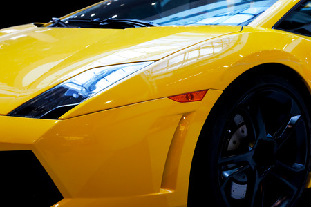 shiny car: Moderne snelle auto close-up achtergrond. Luxe, dure, sport auto. Stockfoto