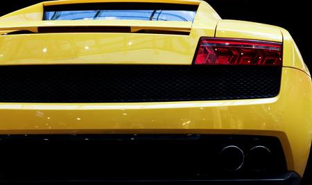 Moderne voiture rapide close-up fond. Luxe, coûteux, les sports automobiles. Vue arrière. Banque d'images