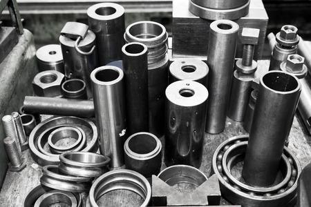 herramientas de mecánica: Cilindros de acero industriales, pistones y herramientas en el taller. Tema de Industria. Foto de archivo