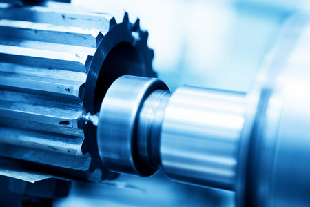 maquinaria pesada: Torneado CNC, perforación y la máquina aburrido en el trabajo de cerca. Industria, concepto industrial.