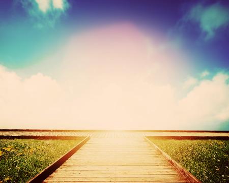 Houten weg leidt naar kruispunt. Richting, manier om te kiezen. Concept van de besluitvorming, toekomst, milieu enz.