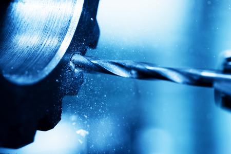 ingenieria industrial: Torneado CNC, perforación y la máquina aburrido en el trabajo de cerca. Industria, concepto industrial.