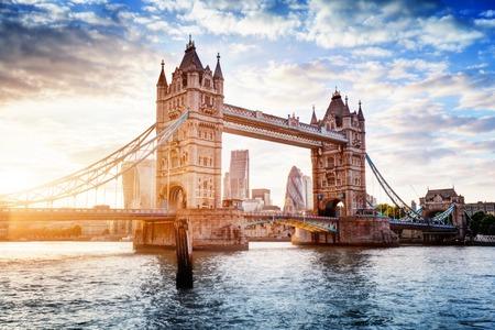 Tower Bridge w Londynie, w Wielkiej Brytanii. Zachód słońca z pięknymi chmurami. Otwarcie most zwodzony. Jeden z angielskich symboli Publikacyjne
