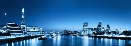 London Skyline Panorama bei Nacht, England Großbritannien in Lichter. Tower of London, The Shard, das Rathaus, Themse. Von der Tower Bridge gesehen