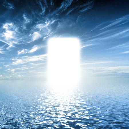 Gate ist das Paradies, auf dem Wasser Weg in Richtung Licht, neue Welt. Konzepte für die Religion, Gott, Hoffnung, Glauben.
