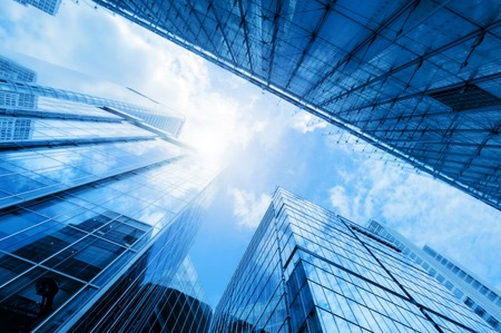 quartier g�n�ral: Gratte-ciel d'affaires modernes, immeubles de grande hauteur, l'architecture lev�e vers le ciel, le soleil. Concepts de financi�re, l'�conomie, l'avenir, etc. Banque d'images