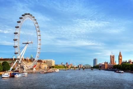 London, Großbritannien Skyline. Big Ben, London Eye und Themse Ansicht von Golden Jubilee Bridges. Englisch Symbole