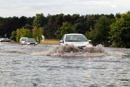 estacion: Gdansk, Polonia - 28 julio: Coches que tratan de conducir contra inundaciones en la calle el 28 de julio de 2015, de Gdansk, Polonia. Las tormentas y fuertes lluvias golpearon muchas partes de Polonia y Europa