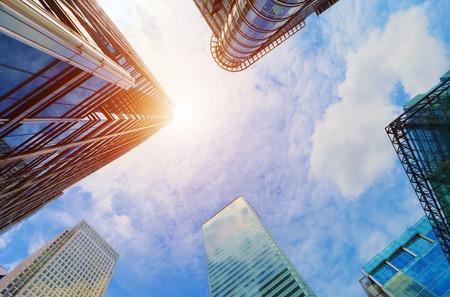 anuncio publicitario: Rascacielos modernos de negocios, edificios de gran altura, arquitectura elevación al cielo, al sol. Conceptos de financiera, economía, futuro, etc.