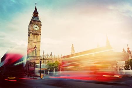 Londen, het Verenigd Koninkrijk. Rode bussen in beweging en de Big Ben, het paleis van Westminster. De symbolen van Engeland in vintage, retro-stijl Stockfoto