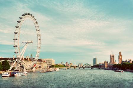 London, Großbritannien Skyline. Big Ben, London Eye und Themse Ansicht von Golden Jubilee Bridges. Englisch-Symbole. Weinlese-