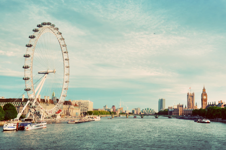 ojos azules: Londres, el horizonte de Reino Unido. Big Ben, el London Eye y el r�o T�mesis view from Golden Jubilee Bridges. S�mbolos en ingl�s. Vendimia Editorial