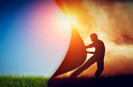 Homme tirant rideau de ténèbres à révéler un nouveau monde meilleur. Le changement conceptuel, deux mondes, l'enfer et le paradis. Banque d'images