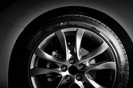 高級車のホイールのアルミのリムのクローズ アップ。詳細の背景