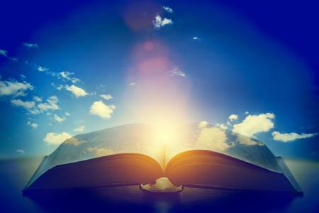오픈 오래 된 책, 하늘에서 빛 하늘. 판타지, 상상력, 교육, 종교 개념입니다. 스톡 콘텐츠