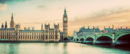 London, Großbritannien Panorama. Big Ben in Westminster Palace am Fluss Themse bei Sonnenuntergang. Weinlese- Lizenzfreie Bilder