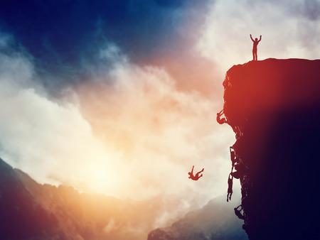 ganador: Hombre, l�der en el pico de la monta�a en contra de otros que luchan por subir. Ganador del concepto de competencia. Foto de archivo