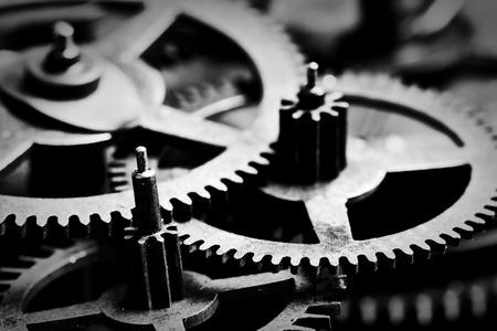 reloj antiguo: Engranajes Grunge, ruedas dentadas fondo blanco y negro. Concepto de la industria, la ciencia, mecanismo, tecnología. Foto de archivo