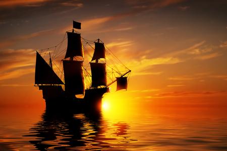 Oude oude piratenschip op vreedzame zee bij zonsondergang. Kalm golven reflectie, ondergaande zon.