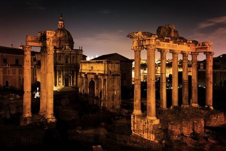 romana: El Foro Romano, Italiano Foro Romano en Roma, Italia en la noche. Ruinas de la ciudad antigua romana.