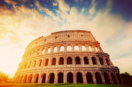 로마, 이탈리아의 콜로세움. 고대 도시의 상징입니다. 일출 빛의 원형 극장. 포도 수확 스톡 콘텐츠