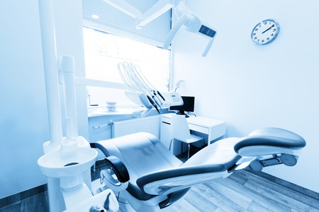 Dentist's office. Dental equipment in modern, clean interior. Blue tone Banque d'images