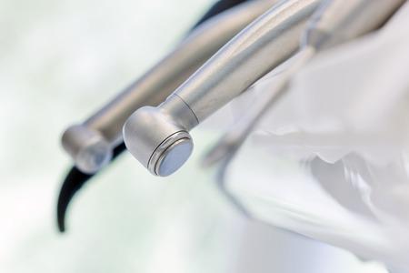 turbina: Equipos e instrumentos dentales en el consultorio del dentista. Herramientas close-up. Odontología