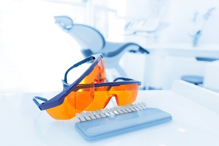 Ausrüstung und zahnärztliche Instrumente in Zahnarztpraxis. Googles, Tools close-up. Zahnheilkunde Standard-Bild