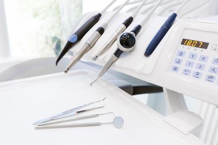 Ausrüstung und zahnärztliche Instrumente in Zahnarztpraxis. Tools close-up. Zahnheilkunde Standard-Bild