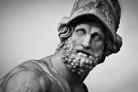 Oude stijl sculptuur van Menelaos ondersteuning van het lichaam van Patroclus in de Loggia dei Lanzi in Florence, Italië. Zwart en wit, hoofd close-up