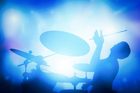 iluminado a contraluz: El baterista de juego en la batería en concierto de música. Luces del club, artista espectáculo.