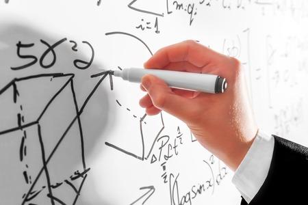 Hombre escribir fórmulas matemáticas complejas en la pizarra. Las matemáticas y la ciencia con el concepto de la economía. ecuaciones reales, símbolos Foto de archivo - 50830699