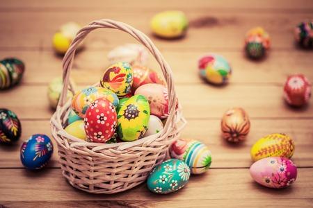 다채로운 손으로 바구니와 나무에 부활절 달걀을 그렸습니다. 전통 장식, 독특한 수제 디자인. 포도 수확