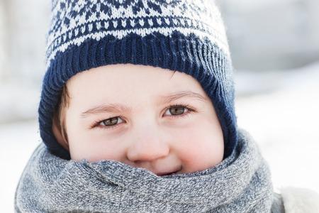 pequeño: Retrato del niño pequeño en invierno. cara feliz del niño de primer plano.