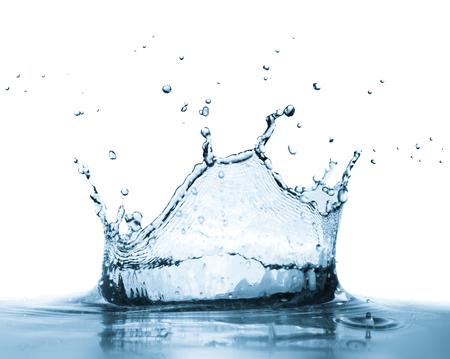 水のしぶきは、白い背景で隔離。明確な新鮮な健全な飲み物概念。