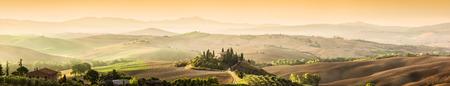Toscane, Italië landschap. Super hoge kwaliteit panorama genomen op prachtige zonsopgang. Wijngaarden, heuvels, boerderij. Stockfoto