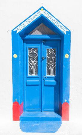 puertas antiguas: antiguas puertas azules del grunge en la ciudad de Oia, Santorini, Grecia. Conceptual.
