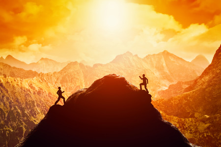 competencia: Dos hombres corriendo carrera hacia la cima de la montaña. La competencia, los rivales, reto en conceptos de vida