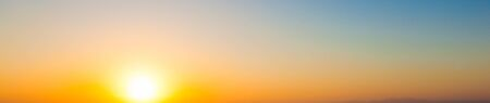 colores calidos: Amplia Panorama del fondo de la puesta del sol. cielo despejado con sol poniente y colores cálidos gradiente