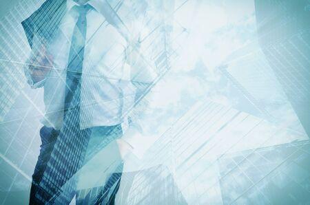 exposicion: Doble exposición del hombre de negocios y rascacielos modernos. Fondo del concepto de líder de negocios, carrera, inversiones, etc. Foto de archivo