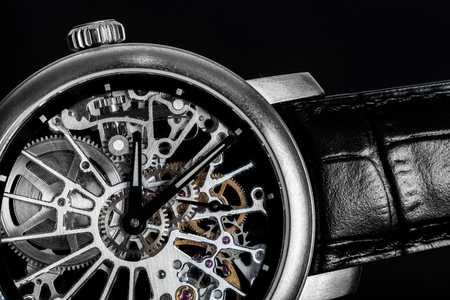 Elegancki zegarek z widocznym mechanizmem, Mechaniczna makro. Luksusowe męska rocznika akcesoria. Czas, pojęcie mody.