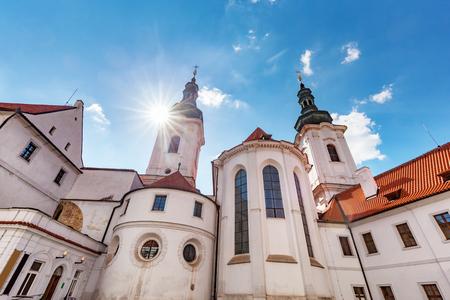 monasteri: La Basilica dell'Assunzione di Nostra Signora nel Monastero di Strahov, Praga, Repubblica Ceca. Sole, splendente, cielo, blu. Archivio Fotografico
