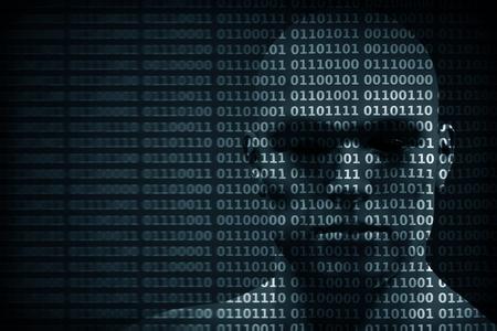 codigo binario: la cara del hombre mezclado con dígitos del código binario. El concepto de hacker, codificación, programación, protección de datos, etc. Foto de archivo