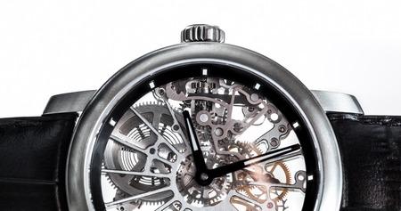 Montre élégante avec mécanisme visible, horloge gros plan. Luxe, accessoire vintage hommes. Le temps, le concept de la mode.