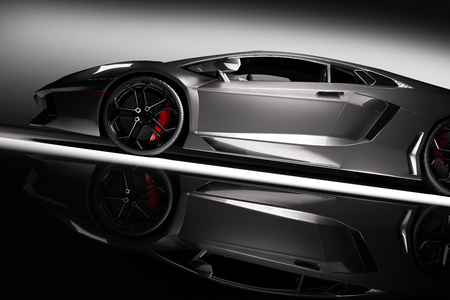 Szary samochód szybki sportowy w świetle reflektorów, czarne tło. Błyszczące, nowe, luxuus. renderowania 3D
