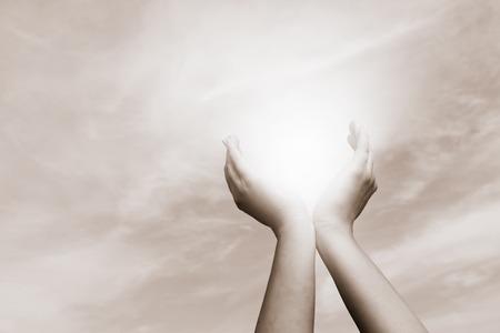 manos levantadas al cielo: las manos levantadas captura de sol en el cielo nublado. Concepto de la espiritualidad, el bienestar, la energ�a positiva de la vendimia, etc.