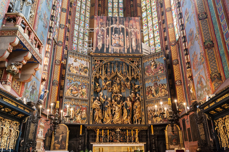 polska monument: CRACOW, POLAND - June 30, 2016: The altarpiece of Veit Stoss in St. Marys Basilica. Also known as St. Marys Altar