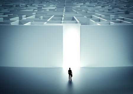 Uomo d'affari in entrata enorme labirinto misterioso. Concetto di sfida nella vita, carriera ecc illustrazione 3D
